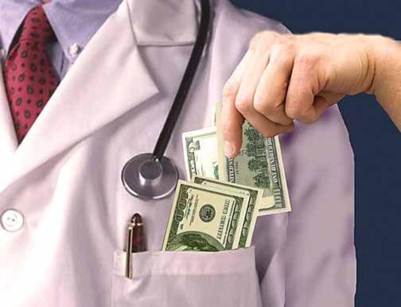 Третина українців продовжують давати хабарі лікарям