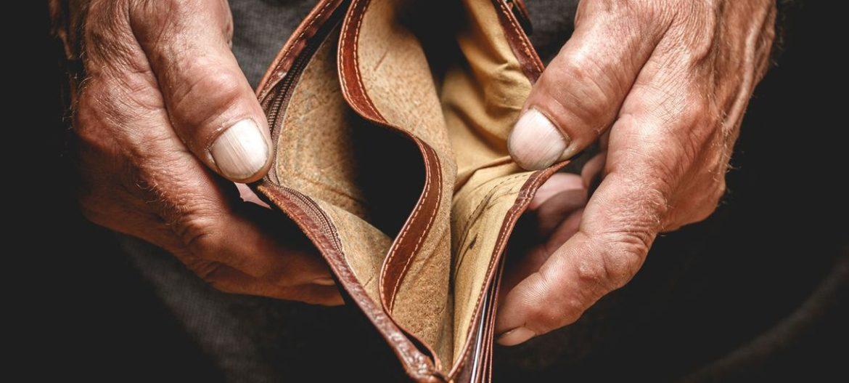 Майже дві третини українців вважають себе бідними