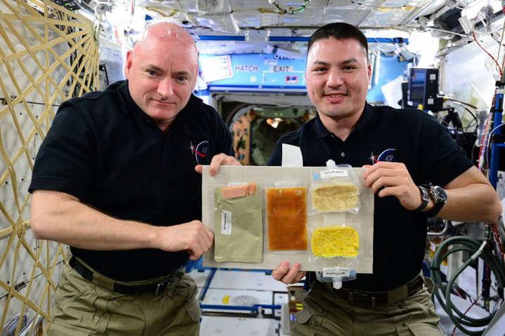 Американці годують російських космонавтів