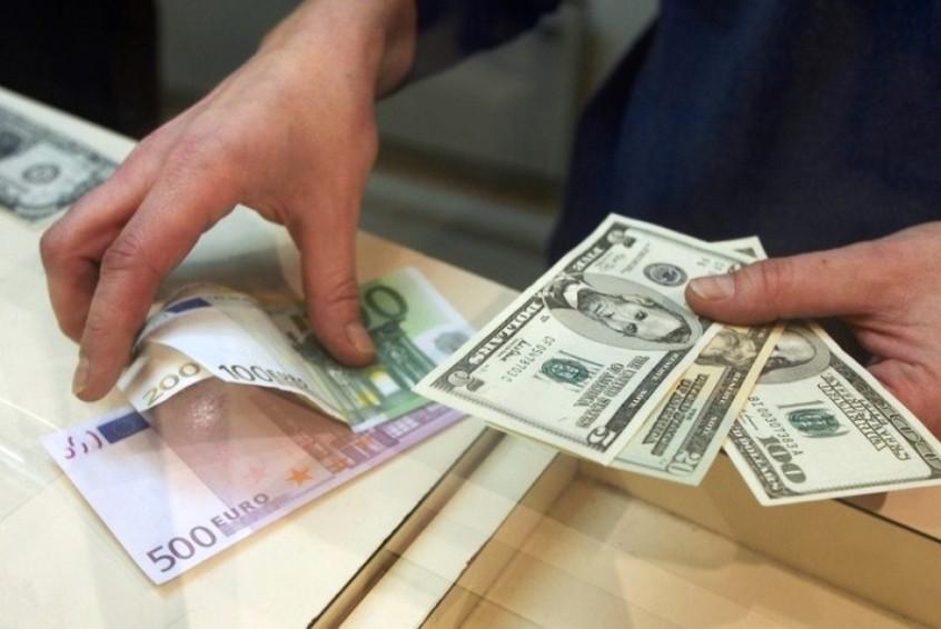 Заробітчани перевели в Україну втричі більше грошей, ніж інвестори