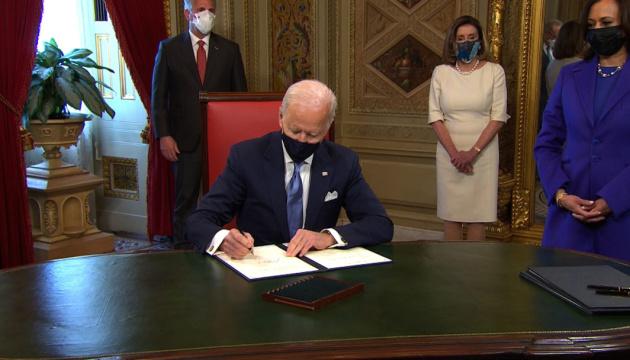 Байден підписав перші укази на посаді президента США