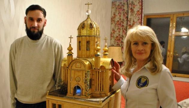 Українець створив макет храму із сірників, бісеру та золота (Фото)