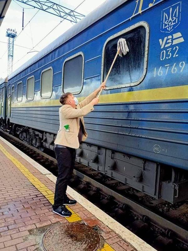 Іноземець власноруч помив вікно українського поїзда