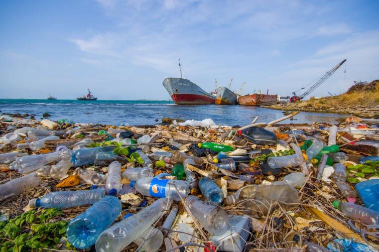 У США створили робота, який самостійно прибирає сміття в океані
