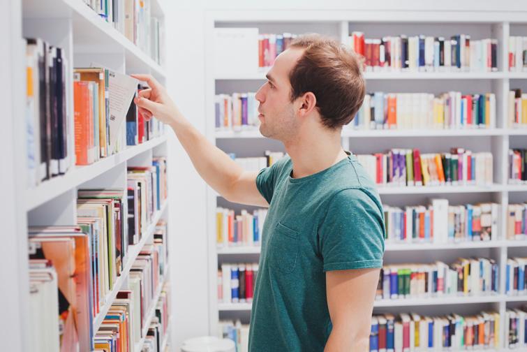 Щонайменше половина назв книг в українських книгарнях мають бути рідною мовою