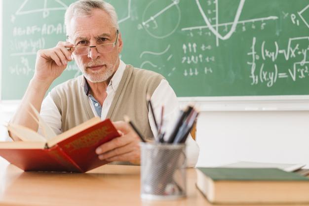 В українських школах працюють понад 70 тисяч вчителів пенсійного віку