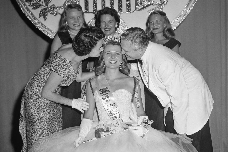 """""""Міс-Америка -1958"""" продає свою корону, щоб зібрати гроші для вчителів"""